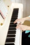El pianista juega los himnos de la iglesia fotografía de archivo libre de regalías