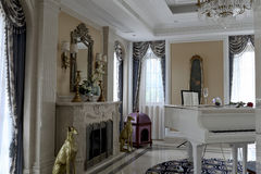 El piano blanco en sala de estar delicada Fotos de archivo libres de regalías