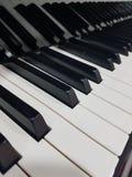 El piano de cola del concierto cierra el fondo del cartel del primer Foto de archivo