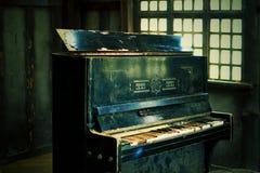 El piano quebrado viejo en la casa de madera imagenes de archivo