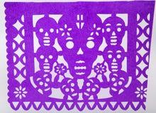 El picado del papel de dia de muertos del mexicano cortó el arte de papel del cráneo Foto de archivo libre de regalías