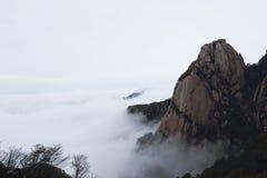 El pico apareció del mar de nubes Fotografía de archivo