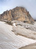 El pico brumoso de Sasso di Landro, Tre Cime di Lavaredo masivo oscila, Imagenes de archivo