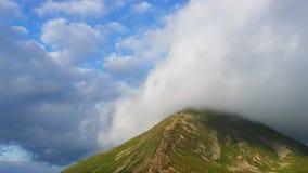 El pico de la montaña más alta cubrió las nubes almacen de video