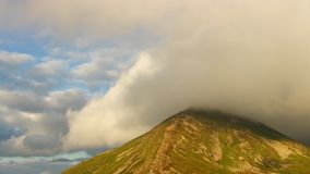 El pico de la montaña más alta cubrió las nubes almacen de metraje de vídeo