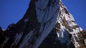 El pico de la nieve de la montaña de Machapuchare también llamó a Fishtail Mountain en el Himalaya en Nepal almacen de metraje de vídeo