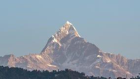 El pico de la nieve de la montaña de Machapuchare también llamó a Fishtail Mountain en la salida del sol en el Himalaya en Nepal  almacen de video