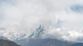 El pico de la nieve de la montaña de Machapuchare también llamó a Fishtail Mountain entre las nubes de mudanza en el Himalaya en  almacen de video