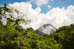 El pico perfecto del volcán activo y joven de Izalco visto de un punto de visión en el parque nacional de Cerro Verde en El Salva Fotografía de archivo