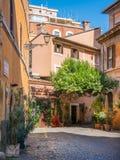 El pictiresque Rione Trastevere en una mañana del verano, en Roma, Italia foto de archivo libre de regalías