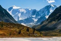 El pie de las montañas en un día de verano soleado Imágenes de archivo libres de regalías
