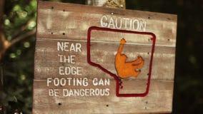 El pie de madera del borde de la señal de peligro puede ser peligroso almacen de metraje de vídeo