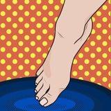 El pie femenino del arte pop cae en la agua caliente o fría Fotos de archivo