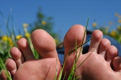 El pie toca con la punta del pie la naturaleza del sol Fotografía de archivo libre de regalías
