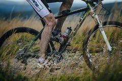 El pie y la bicicleta ruedan adentro el fango Fotografía de archivo
