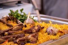 El pilaf delicioso hirvió el arroz con la carne, las especias de hierbas y el ajo foto de archivo