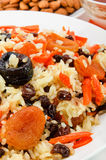 El Pilaf hizo el arroz del ââof y secó las frutas. Foto de archivo
