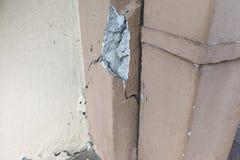 El pilar agrietado defectuoso del edificio puede plantear amenaza de la seguridad fotos de archivo libres de regalías