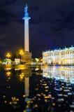 El pilar Alexandrian en cuadrado del palacio la noche de St Petersburg, reflexiones en charcos hermitage fotos de archivo libres de regalías
