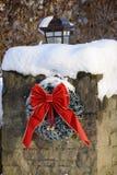 El pilar de piedra bedecked con nieve acentúa la estación de la Navidad Imagen de archivo libre de regalías