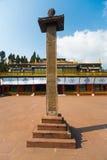 Inscripción del pilar del patio del monasterio de Rumtek imagenes de archivo