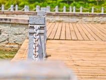 El pilar y la cadena cercan abajo en un lado del lago Foto de archivo