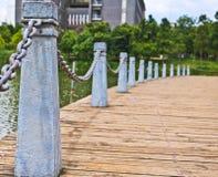 El pilar y la cadena cercan abajo en un lado del lago Imagen de archivo