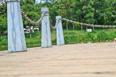 El pilar y la cadena cercan abajo en un lado del lago Fotos de archivo libres de regalías