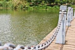 El pilar y la cadena cercan abajo en un lado del lago Imagen de archivo libre de regalías