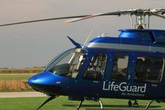El piloto de la ambulancia aérea se prepara para saca Imagen de archivo