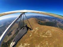 El piloto de planeador de caída vuela sobre las montañas de la montaña en Eslovaquia Imagen de archivo libre de regalías