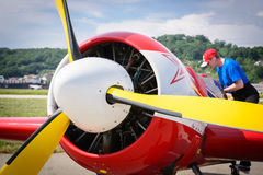 El piloto examina los aviones después del flightn Fotografía de archivo
