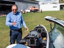 El piloto muestra su planeador del motor Foto de archivo libre de regalías