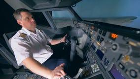 El piloto profesional vuela un simulador plano, cierre para arriba almacen de video
