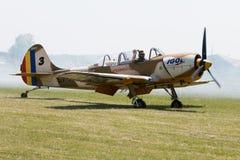 El piloto saluda el público después del aterrizaje plano en campo de hierba Imagenes de archivo