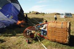 El piloto se está preparando para lanzar el globo del aire caliente Fotografía de archivo