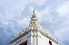 El pináculo de la pagoda blanca en un templo en Bangkok, Tailandia fotografía de archivo libre de regalías