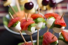 El pincho de la mozzarella del tomate y el otro comida para comer con los dedos del freh Imágenes de archivo libres de regalías