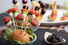 El pincho de la mozzarella del tomate y el otro comida para comer con los dedos del freh Fotos de archivo libres de regalías