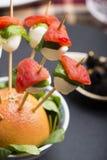 El pincho de la mozzarella del tomate y el otro comida para comer con los dedos del freh Foto de archivo libre de regalías