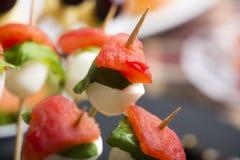 El pincho de la mozzarella del tomate y el otro comida para comer con los dedos del freh Imagen de archivo