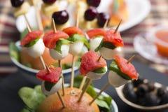 El pincho de la mozzarella del tomate y el otro comida para comer con los dedos del freh Fotografía de archivo