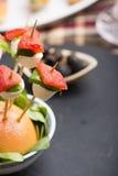 El pincho de la mozzarella del tomate y el otro comida para comer con los dedos del freh Foto de archivo
