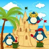 El pingüino construyó el castillo de la arena Imágenes de archivo libres de regalías