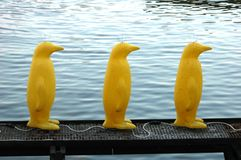 El pingüino se ha diseñado bajo la forma de lámparas amarillas Imagen de archivo libre de regalías
