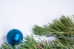 El pino ramifica los conos de la bola del fondo del Año Nuevo Fotografía de archivo libre de regalías