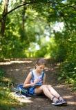 El pintor de la muchacha pinta árboles en el parque Imagenes de archivo