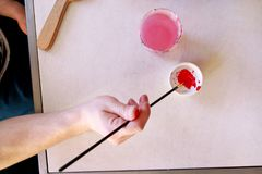 El pintor del hombre está mezclando colores antes de la pintura en el estudio de la pintura del arte El artista en su brocha de l foto de archivo libre de regalías