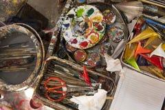 El pintor del lugar de trabajo, cepilla a disposición, los tarros con el aguazo, lona para pintar, paleta, el arte del fondo Imagen de archivo libre de regalías