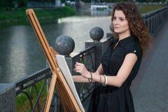 El pintor joven hermoso dibuja una imagen Fotos de archivo libres de regalías